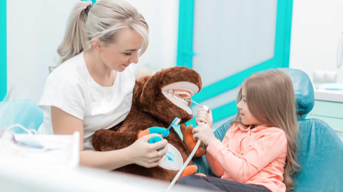 Tehnike skretanja pažnje kod dece mogu umanjiti strah od stomatološke intervencije